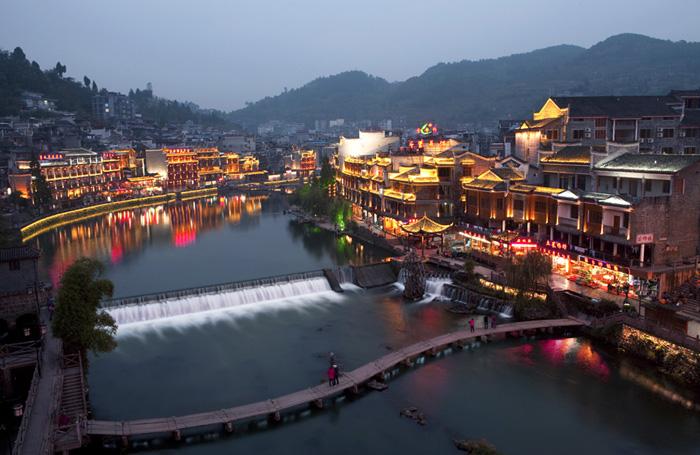 https://www.google.com/url?sa=i&rct=j&q=&esrc=s&source=images&cd=&ved=2ahUKEwiC4cyFzZvgAhUHtosKHYqhClYQjhx6BAgBEAM&url=http%3A%2F%2Fwww.visitourchina.com%2Ffenghuang%2Fattraction%2Ffenghuang-ancient-town.html&psig=AOvVaw05xQG36xOhaG0EiLwTm4wm&ust=1549147160779183